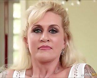 Sexo con la madre en la cocina